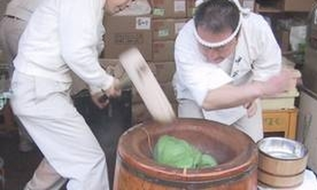 437959-making_mochi_with_an_usu_and_kine.jpg