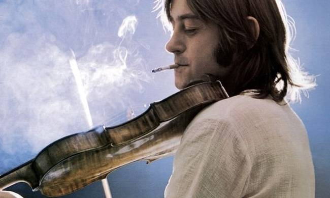 702080-dave-swarbrick-posed-with-fiddle-and-cigarette-in-1977.jpg