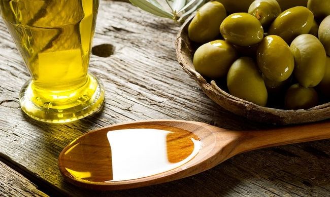 440251-bigstock-olive-oil-over-spoon-27485537.jpg