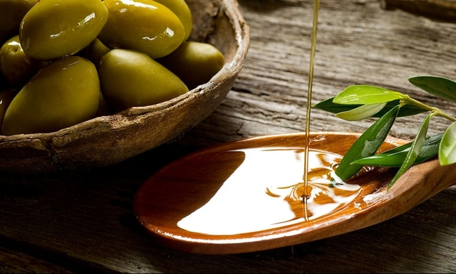 444938-bigstock-olive-oil-over-spoon-27485588.jpg
