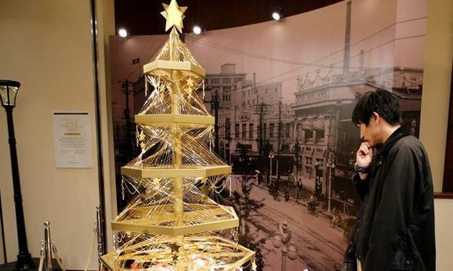 747542-a-gold-christmas-tree-decorated-with-19-kilograms-418-lbs-of-pure-gold-wires-is-displayed-for-sa.jpg